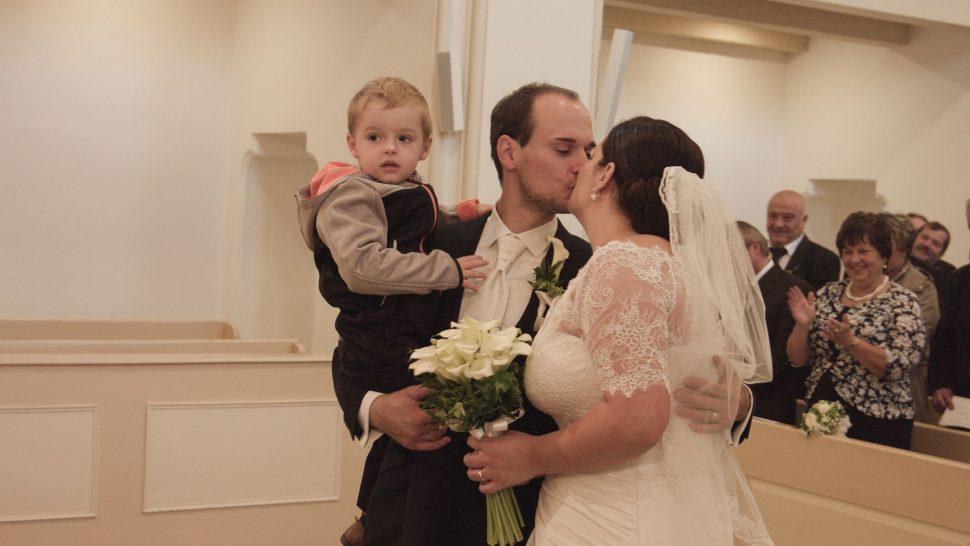 Svatební fotka u oltáře