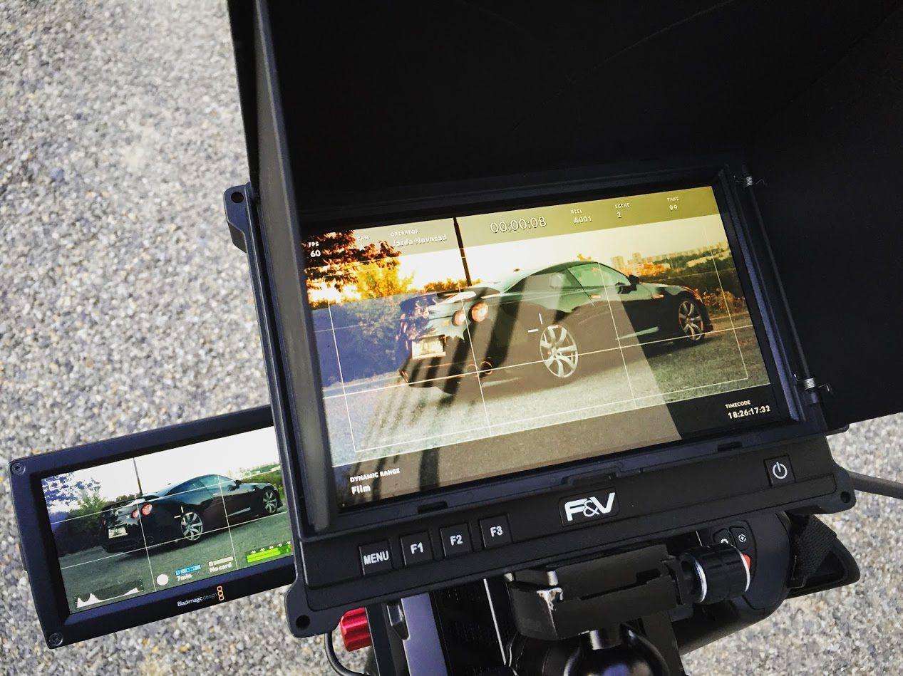 Nissan GTR přes hledáček kamery