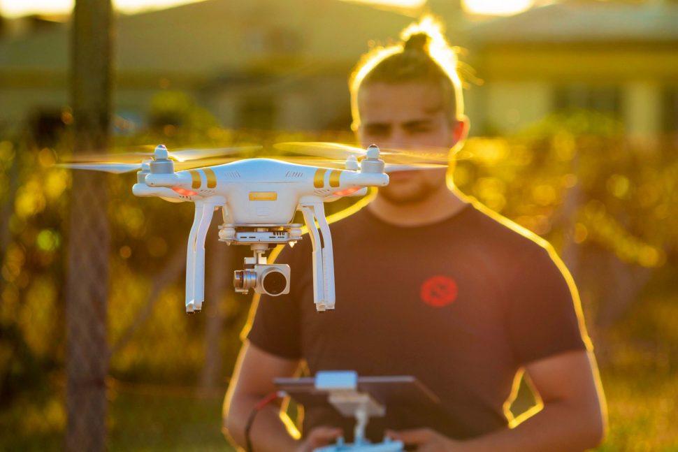 Kameraman operující DJI dron Phantom 3 Pro
